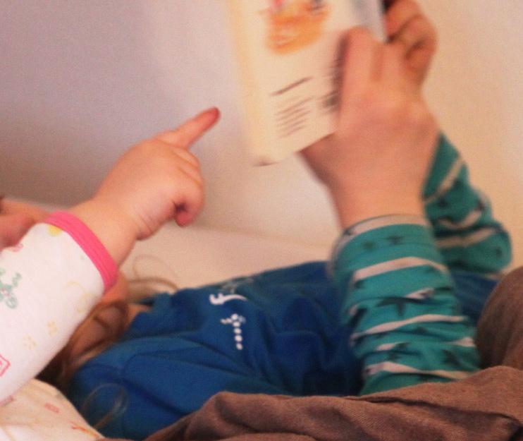 Homeschooling - das große liest dem kleinen Kind etwas vor